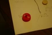 Bucate il tappo con la puntina da disegno