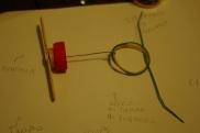 Prendete 2/3 elastici e preparate un'altra clip/fil di ferro dove ancorerete gli elastici all'interno dell'aeroplano