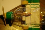 Trapassate lo scafo con la clip/fil di ferro, infilateci dentro gli elastici (non devono essere tesi!)