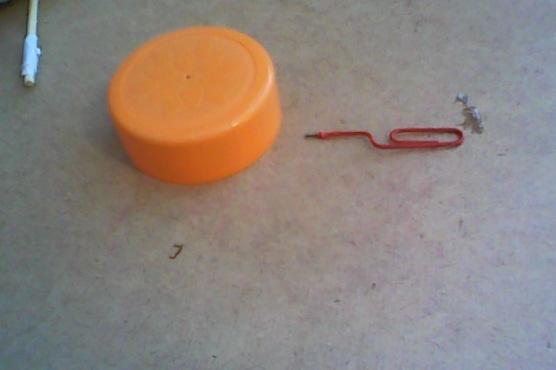 Ecco come deve essere piegata la clip se non avete la vite.