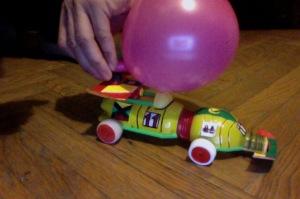 automobile giocattolo a palloncino
