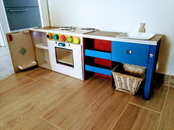 Cucina giocattolo fai da te 2 0 con lavandino funzionante for Cucina giocattolo